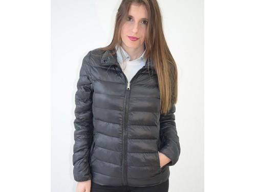 Campera de mujer en nylon ultraliviana con pack.Sin capucha. Brillosa.