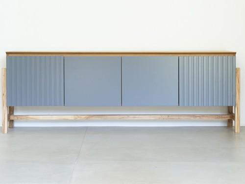 Mueble de guardado en madera y laqueado a color con puertas y estantes