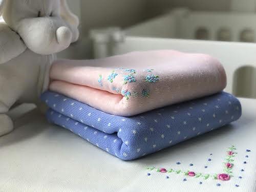 Manta para bebé tejida dralon 80x100cm rosa/celeste/crudo bordada