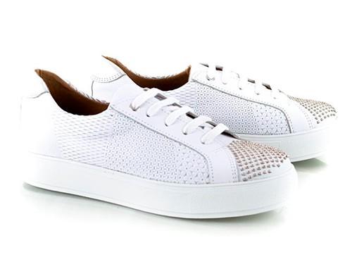 Zapatillas blancas de cuero grabadas con tachitas Snatch