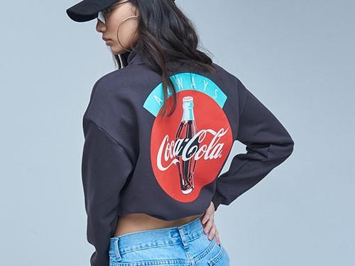 Buzo Coca Always C. De Frisa Con Estampa Y Cuello Alto Mujer 47 Street